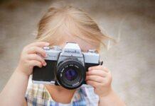 dziewczynka robi zdjęcie
