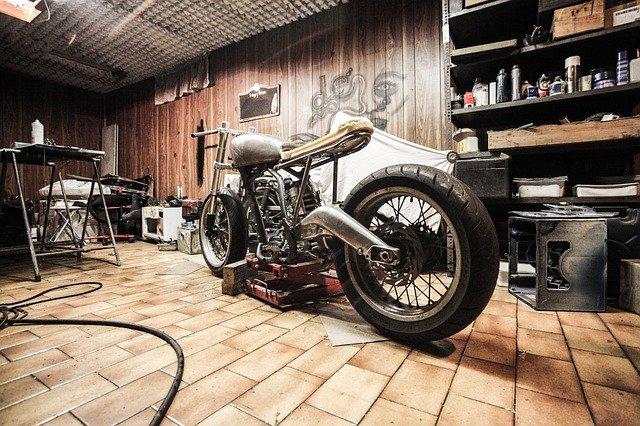 warsztat z motocyklem